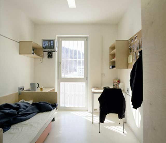 http://www.flatrock.org.nz/topics/prisons/assets/jzleoben_08.jpg